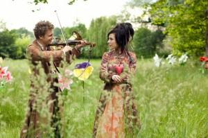 Liebeslied: Jasper (Rafael Gareisen) und Prinzessin Ella (Laura Maria Heid) / Foto: rbb/Daniela Incoronato