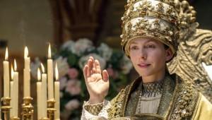 Fast am Ziel: Ilsebill (K. Schüttler) mit der Tiara, der Papstkrone / Foto: NDR/Marion von der Mehden