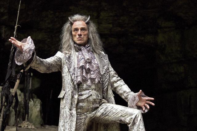 Show-Man: Der Teufel (André M. Hennicke) mit den drei goldenen Haaren in seiner Hölle / Foto: SWR/Egon Werdin