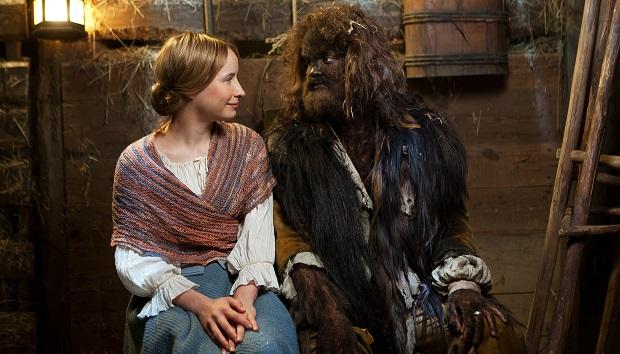 Die Schöne und das Biest: Elise (Mira Elisa Goeres) und der Bär (Max Befort) / © rbb/Daniela Incoronato