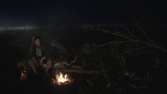 Typisches Setting: Michel (Tim Oliver Schultz) hat nachts im Moor keine Angst / © Radio Bremen/Jo Molitoris