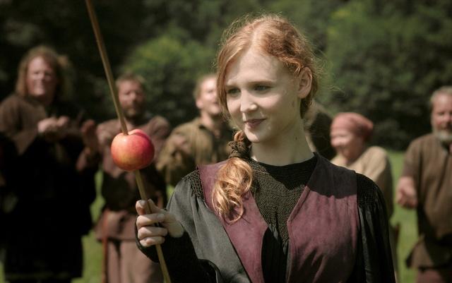 Erst den Apfel, dann Michels Herz: Prinzessin Elisabeth (Isolda Dychauk) ist treffsicher / © Radio Bremen/Jo Molitoris