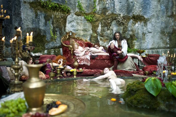 Bildkomposition: Der König von Strongcliff (V. Cassel) in seinem Palast / © 2015 Concorde Filmverleih GmbH