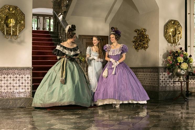 Drei Töchter: Isabella (Alexandra Martini, v.l.n.r.), Amélie (Leonie Brill), Eugenia (Svenja Görger) / © WDR/Kai Schulz