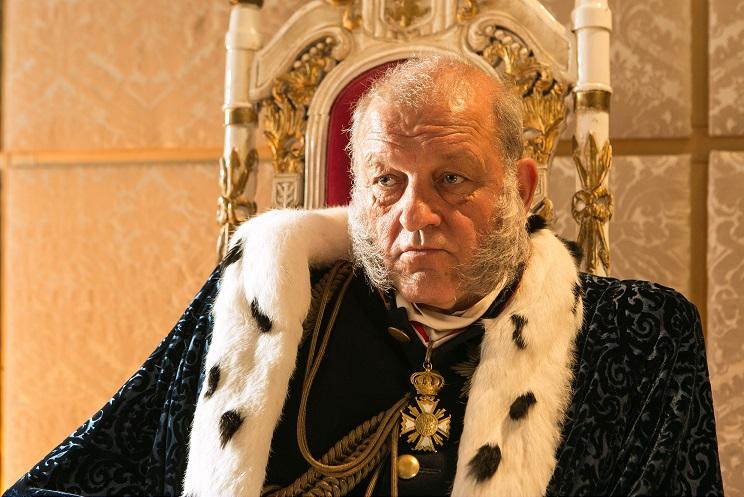 Symbolik: Die Farbe von König Christophs (Leonard Lansink) Hermelinmantel zeigt seine Stimmung / © WDR/Kai Schulz