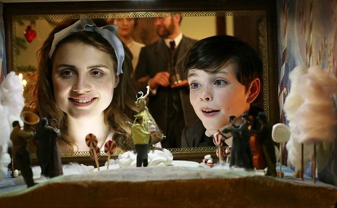 Zuckrige Miniaturwelt: Marie (Mala Emde) und ihr Bruder Fritz (Leonard Seyd) staunen / © MDR/RB/Christian Schulz