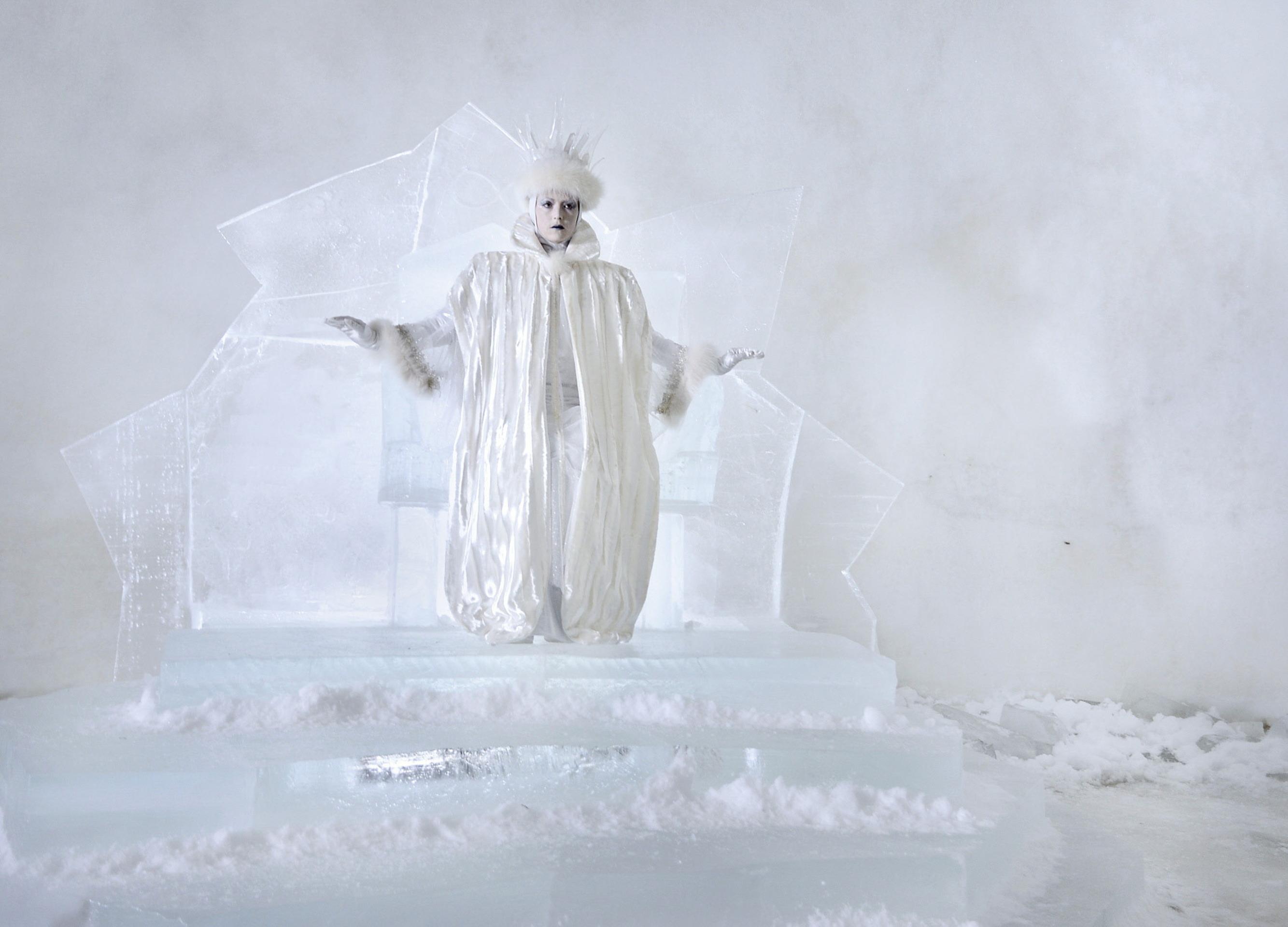 Mächtig, aber einsam: Die Schneekönigin (Linda Zilliacus) thront in ihrem Eispalast / © ZDF/Anniina Nissinen