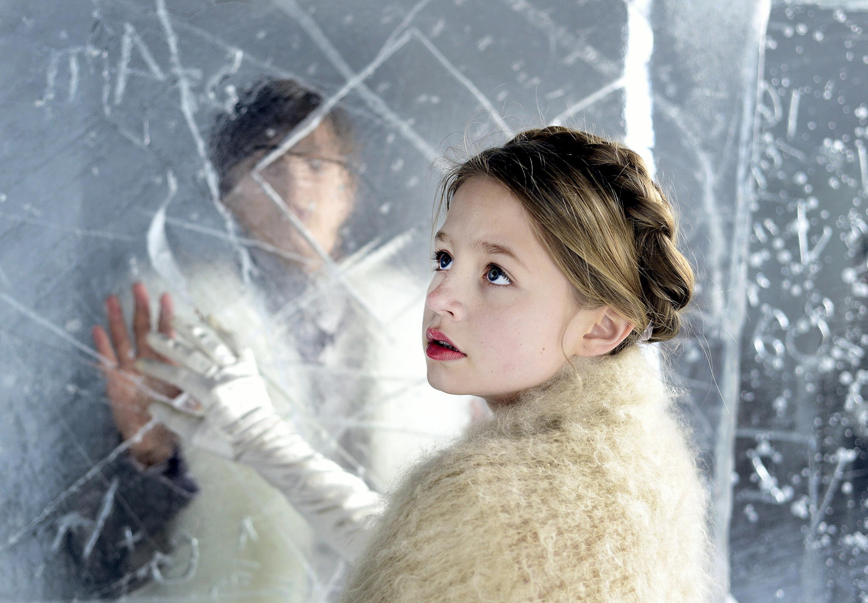 Traumsequenz: Gerda (Flora Li Thiemann) möchte Kay endlich aus dem Eispalast befreien / © ZDF/Anniina Nissinen