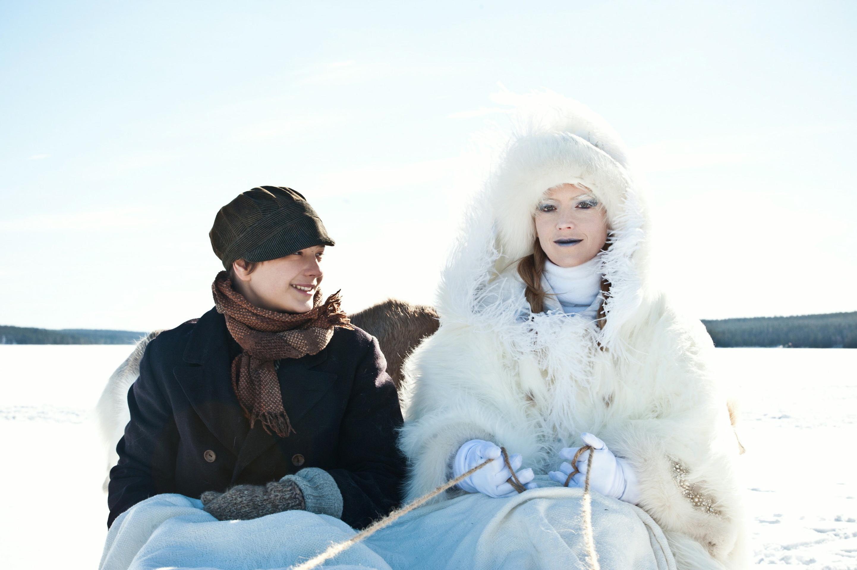 Ganz in Weiß: Die Schneekönigin (Linda Zilliacus) zieht Kay (Kristo Ferkic) in ihren Bann / © ZDF/Anniina Nissinen