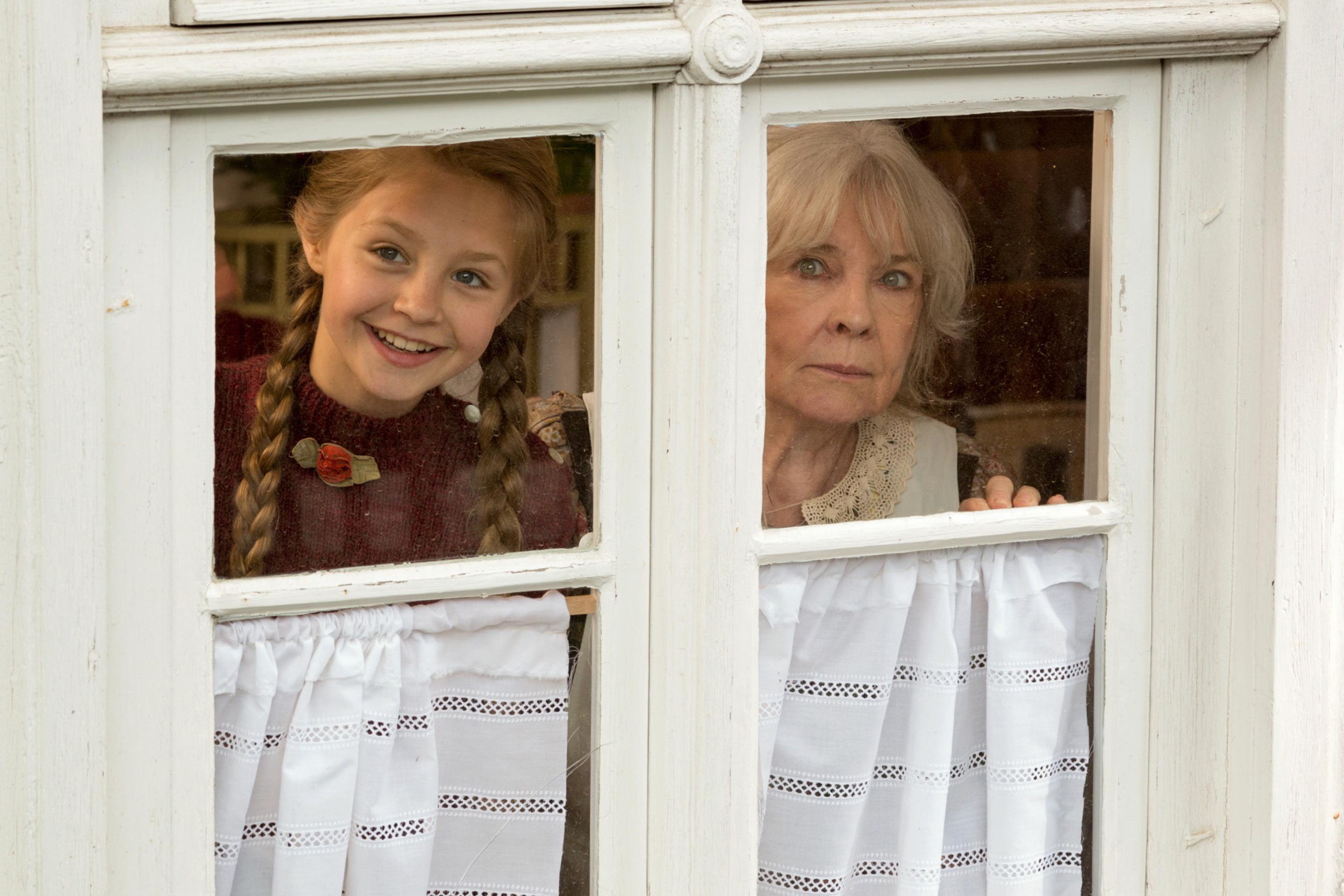 Böse Vorahnung: Die Großmutter (Annekathrin Bürger) warnt Gerda (Flora Li Thiemann) / © ZDF/Steffen Junghans