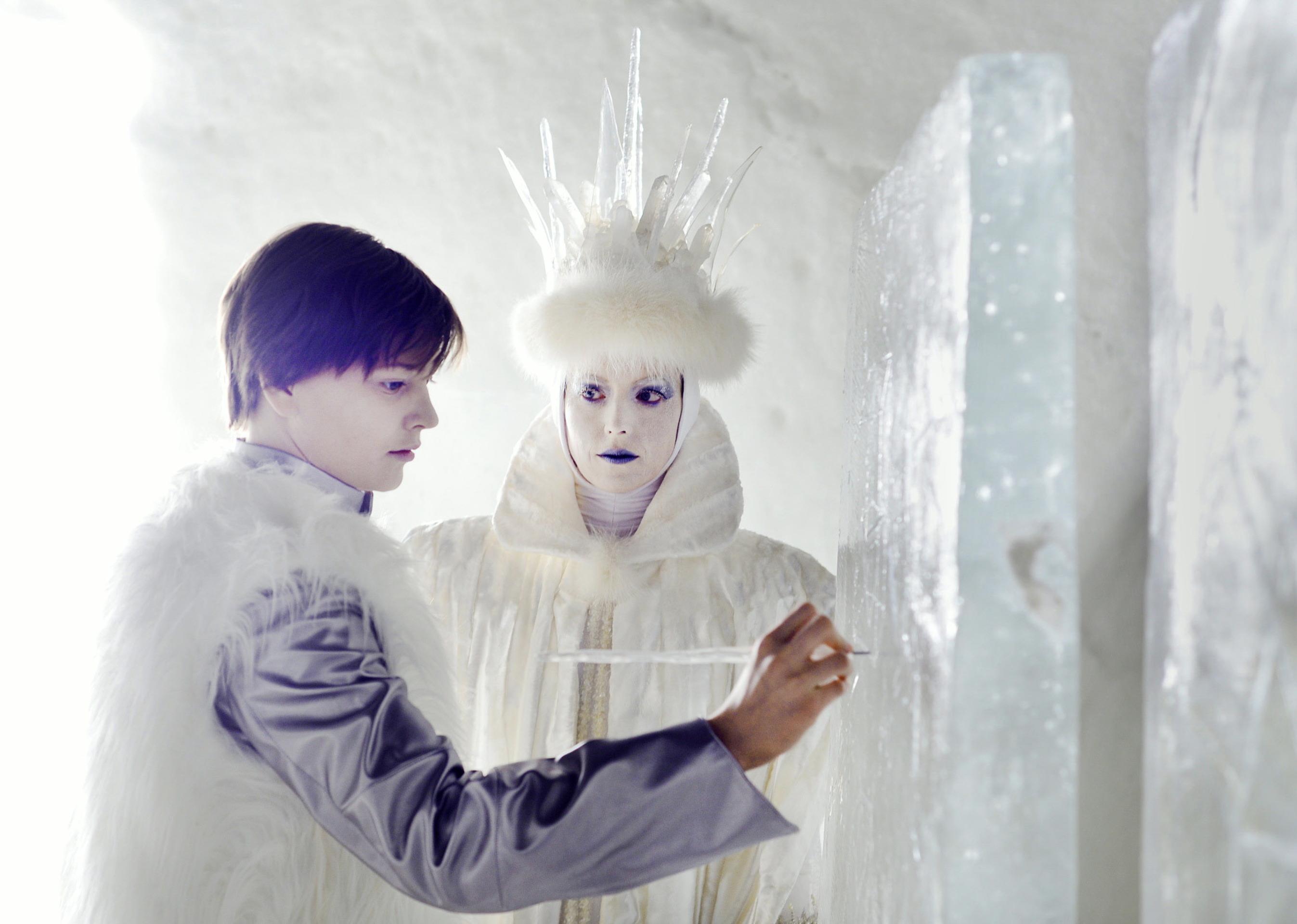 Verstandes-Aufgabe: Kay (Kristo Ferkic) im Eispalast der Schneekönigin (Linda Zilliacus) / © ZDF/Anniina Nissinen
