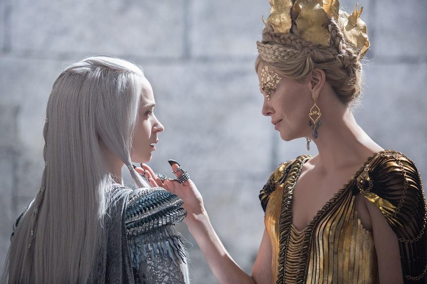 Ungleiche Schwestern: Ice Queen Freya (Emily Blunt) und Evil Queen Ravenna (Charlize Theron) / © Universal Pictures