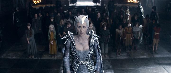 Böse Stiefmutter: Queen Freya (Emily Blunt) schwört die Kinder auf ein Leben ohne Liebe ein / © Universal Pictures