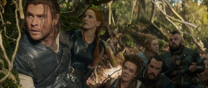 Sixpack im Wald: Die Zwerge Gryff (R. Brydon, 3. v. r.) und Nion (N. Frost, r.) sorgen für Humor / © Universal Pictures