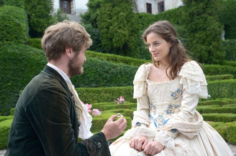 Heiratsantrag: Landgraf Konrad (Peter Foyse) bittet Maleen (Cleo von Adelsheim) um ihre Hand / © BR/Hubert Mican