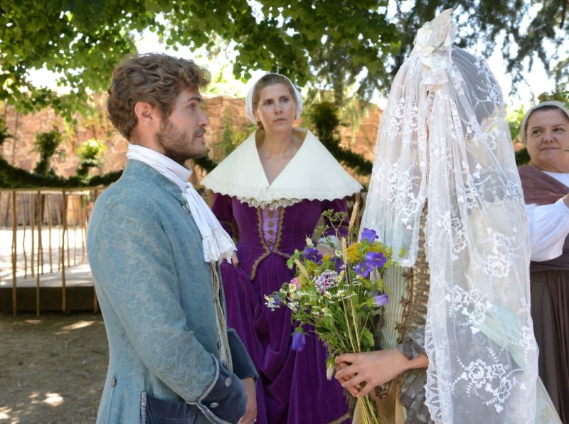 Wahre Braut: Maleen (Cleo von Adelsheim) hat Konrad (Peter Foyse) erkannt, aber er sie nicht / © BR/Hubert Mican