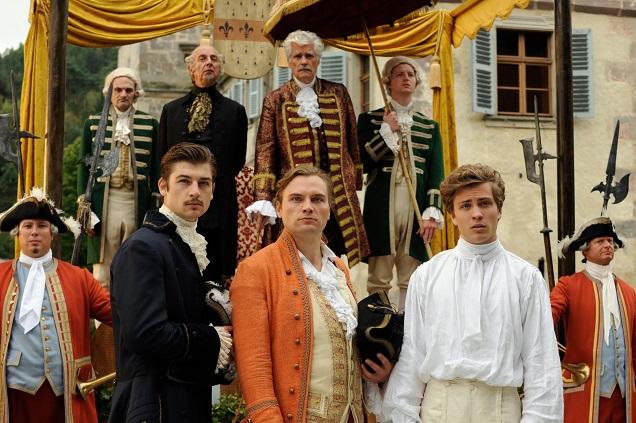 Flugschau: Fürst Gundolf (hinten) sieht mit seinen drei Söhnen (vorn) den Federn hinterher / © BR/Barbara Bauriedl