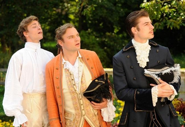 Unterschiede: Die drei Fürstensöhne werden mit Hilfe von Kostüm und Farbe charakterisiert / © BR/Barbara Bauriedl