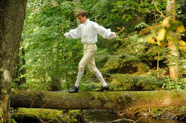 Baumtänzer: Der naturverbundene Gustav (Jannik Schünemann) findet sein Glück im Wald / © BR/Barbara Bauriedl