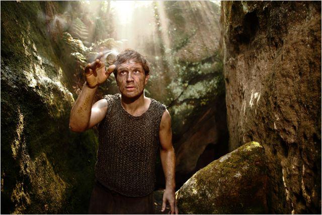 Außenseiter: Der Kohlenbrenner Peter Munk (Frederick Lau) sucht im Wald sein Glück / © Weltkino Filmverleih GmbH