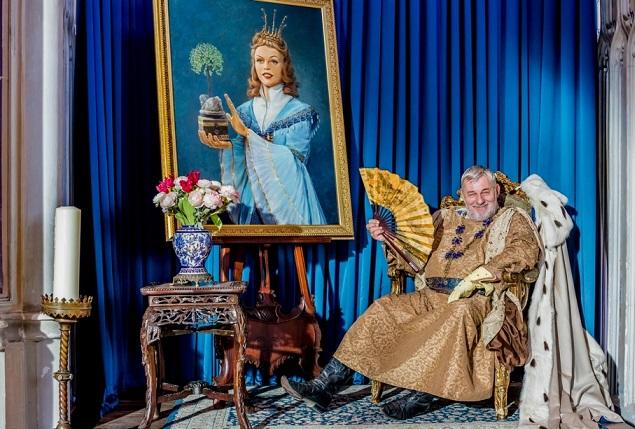 Originelle Idee: Der König (Heinz Hoenig) sitzt neben dem Portrait seiner verstorbenen Gemahlin / © rbb/Theo Lustig
