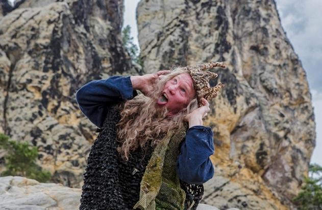 Klein, aber oho: Der Waldgeist (Oli Bigalke) besitzt das singende, klingende Wunderbäumchen / © rbb/Theo Lustig