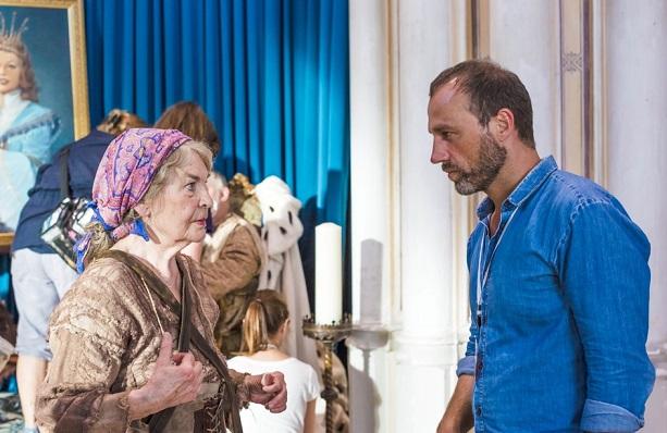 Am Set: Christel Bodenstein (Kräuterfrau) und Regisseur Wolfgang Eißler in einer der Drehpausen / © rbb/Theo Lustig