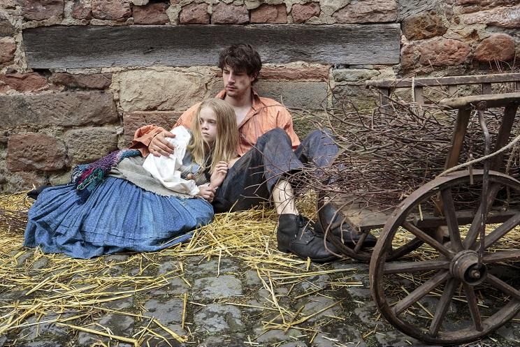 Armut und Krankheit: Paul (Björn Ingmar Böske) sorgt sich um Schwester Magda (Maria Matschke) / © HR/Ben Knabe