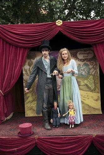 Marionetten-Theater: Paul (B. I. Böske) und Pralina (K. Deutschmann) erzählen ihre eigene Geschichte / © HR/Ben Knabe