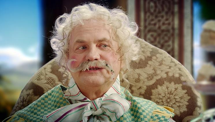 Schlaraffe: An der Figur Herr Törtchen (Uwe Ochsenknecht), Pralinas Vater, zeigt sich satirische Übertreibung / © HR