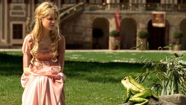 Der Froschkönig (2008): Prinzessin Sophie (Sidonie von Krosigk) bittet den Frosch um Hilfe / © SWR/Daniel Flaschar