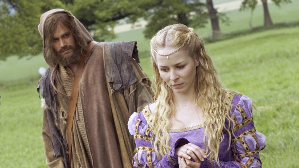 König Drosselbart (2008): Der Bettler (Ken Duken) und die Prinzessin (Jasmin Schwiers) / © HR/J. Krause-Burberg