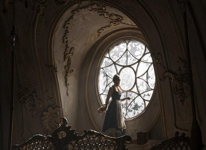 Rokoko-Welt: Belle (Emma Watson) in der Empfangshalle des verwunschenen Schlosses / © 2016 Disney Enterprises