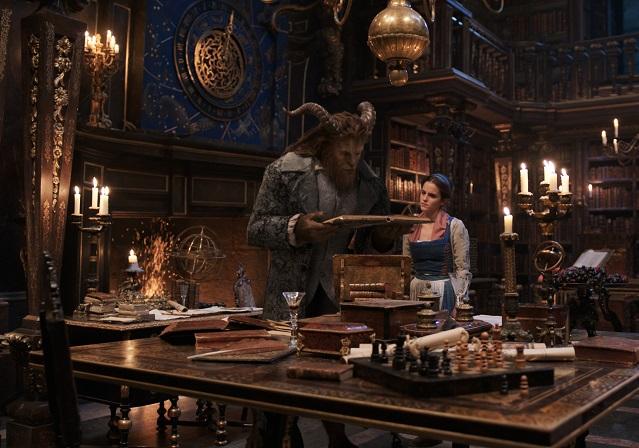 Wissensdurst: Belle (Emma Watson) und das Biest (Dan Stevens) in der Schlossbibliothek / © 2016 Disney Enterprises