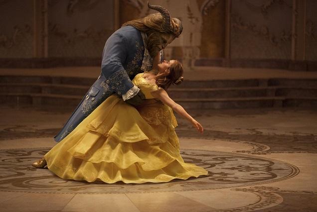 Kostümfarben: Belle (Emma Watson) holt das Biest (Dan Stevens) ins Leben zurück / © 2016 Disney Enterprises