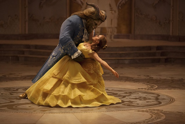 Kostümfarben: Belle (Emma Watson) holt das Biest (Dan Stevens) wieder ins Leben zurück / © 2016 Disney Enterprises