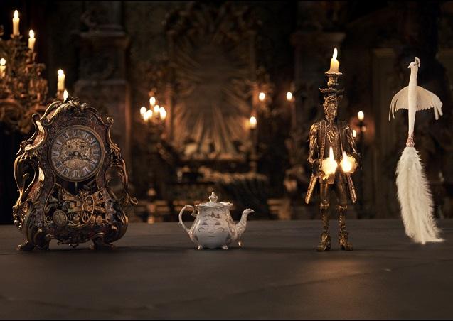 Kaminuhr von Unruh, Teekanne Madame Pottine, Kerzenleuchter Lumière, Staubwedel Plumette / © 2016 Disney