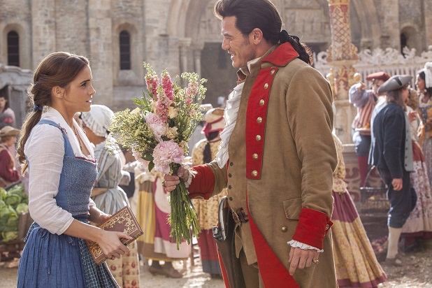 Kontrastfiguren: Gaston (Luke Evans) macht Belle (Emma Watson) einen Heiratsantrag / © 2016 Disney Enterprises