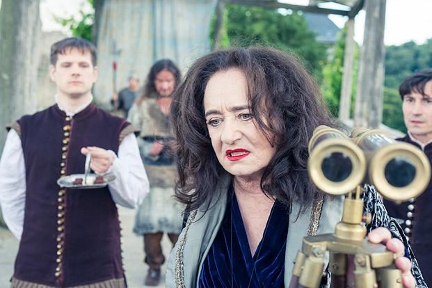 Familienkonflikt: Die Königin (Mechthild Großmann) erfährt, dass Sohn Himmelblau eine Fee liebt / © RB/Michael Ihle