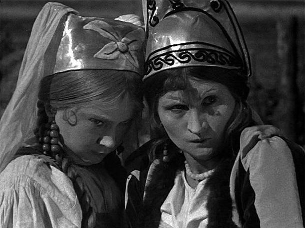 Klassenkampf: Die beiden Möchtegern-Bräute stehen im Märchenfilm für Adel und Bürgertum / Quelle: Diamant