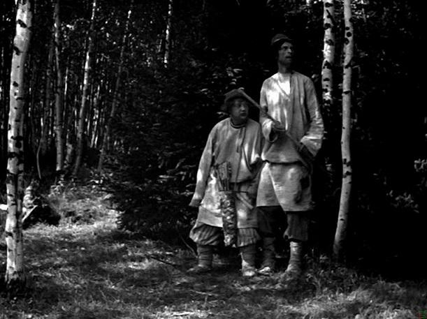 Kontrastfiguren: Agafon (Lew Potjomkin, r.) und Anton (Nikita Kondratjew) sind Iwans faule Brüder / Quelle: Diamant
