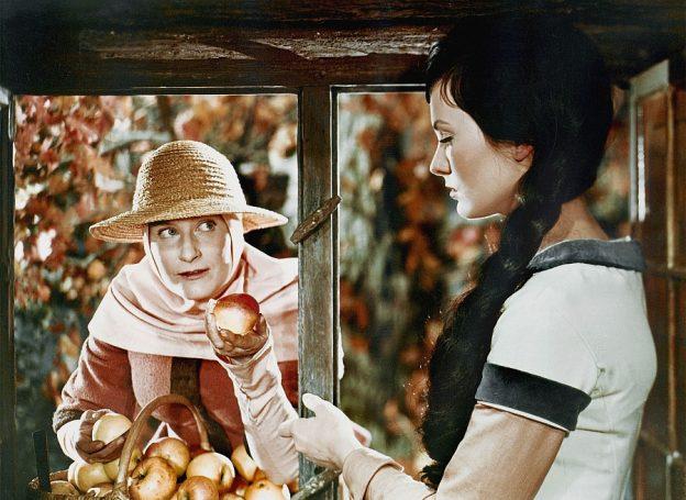 Die böse Königin (Marianne Christina Schilling) hat sich als Marktweib verkleidet und will Schneewittchen (Doris Weikow) einen vergifteten Apfel verkaufen / Foto: Progress/Karin Blasig