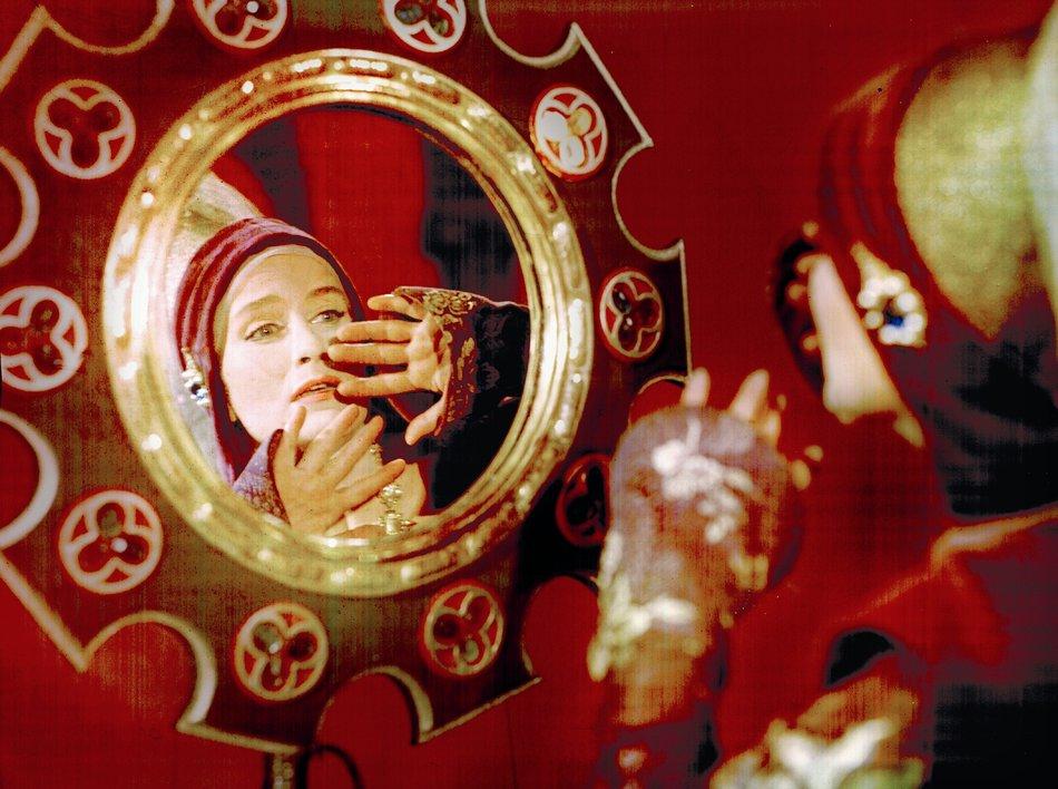 Schönheits-Tick: Die böse Königin (Marianne Christina Schilling) befragt ihren Zauberspiegel / © Progress/Karin Blasig