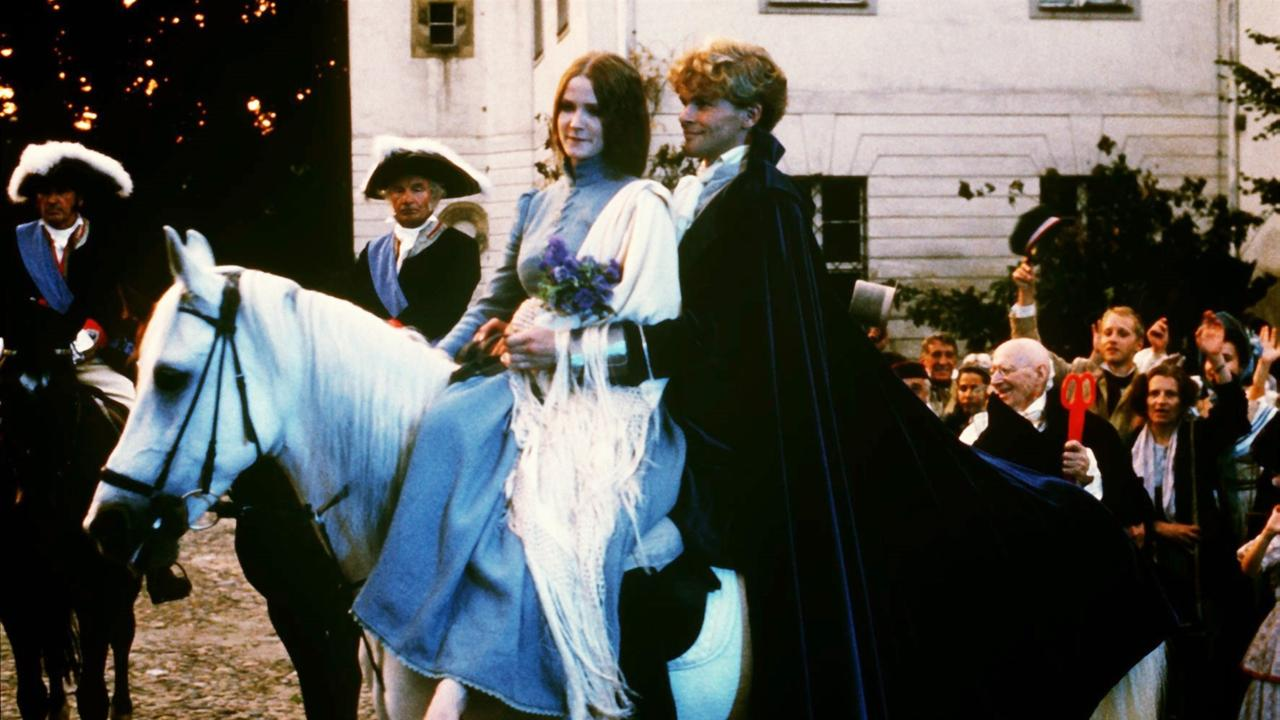 Happy End: Der Prinz hat mit Hilfe der Tauben die rechte Braut gefunden und führt sie heim / © ZDF/Taurus-Film