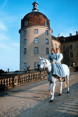 Bekannte Filmkulisse: Aschenputtel (Petra Vigna) und der Prinz (Stephan Meyer-Kohlhoff) in Moritzburg / © ZDF/Taurus-Film