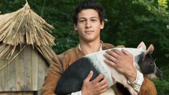 Neue Rolle: Prinz Augustin (Emilio Sakraya) hat einen Plan und verkleidet sich als Schweinehirt / © rbb/Michael Rahn