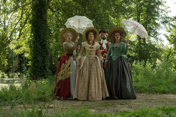 Kostümsprache: Victoria (Jeanne Goursaud, M.) mit Hofdamen Mine (Judith Neumann, l.) und Tine (Lisa Hrdina) / © rbb/Michael Rahn