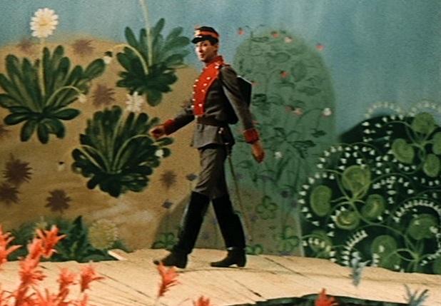 Ein uraltes Märchen (UdSSR 1968): Der Soldat (Oleg Dal) marschiert auf einer gelben Straße / Screenshot: Icestorm