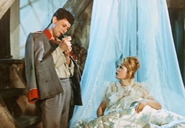 Ein uraltes Märchen: Der Soldat (Oleg Dal) macht sich in seiner Dachkammer eine Pfeife an. Die Prinzessin (Marina Nejolowa) möchte auch einmal rauchen / Screenshot: Icestorm