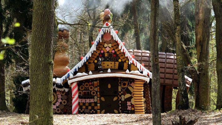 """""""Hänsel und Gretel"""" (BRD 2012): Ein Pfefferkuchenhaus mitten im märkischen Kiefernwald / © RBB/SR/Hardy Spitz"""